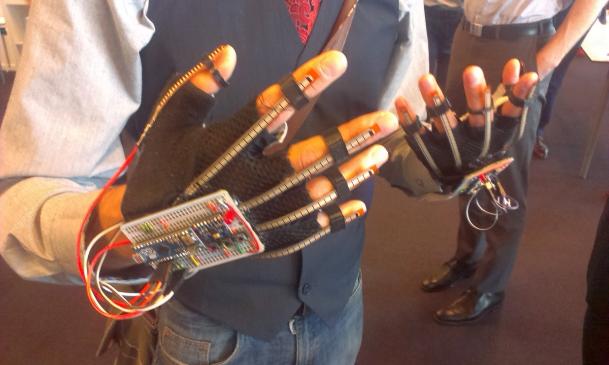 glove singlanguage speech communicate deaf trente startup