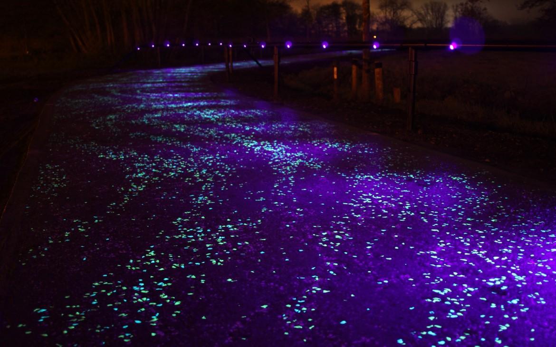 glow dark bikelane verlicht fietspad van gogh starry night